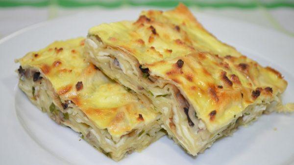 Пирог из лаваша с грибами и сыром.