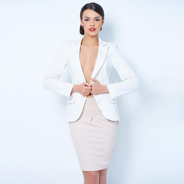 Белый пиджак в деловом стиле